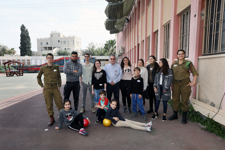 Dr. Halberthal with the teaching team and kids. Photography: Rambam HCC