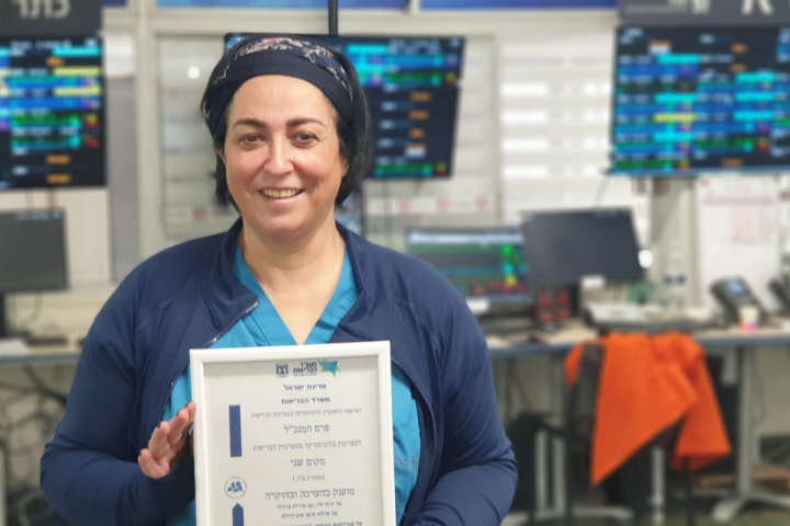Ilana Siman Tov-Dodeles with the award certificate. Photography: Rambam HCC